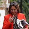 EXCLU : Dans les rues de Paris le 5 septembre 2012, Ségolène Royal avec  L'Ex  sous le bras, le livre que Sylvain Courage du  Nouvel Observateur  a consacré au trio Royal-Hollande-Trierweiler.