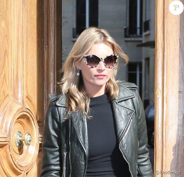 Kate Moss, en perfecto robe et souliers noirs, quitte les bureaux d'un ami et se rend à l'hôtel George-V. Paris, le 1er Octobre 2012.