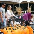 Jessica Alba se rend à la célèbre ferme aux citrouilles 'Mr. Bones Pumpkin Patch' avec son mari Cash Warren et leurs filles Honor et Haven à West Hollywood, le 6 Octobre 2012.