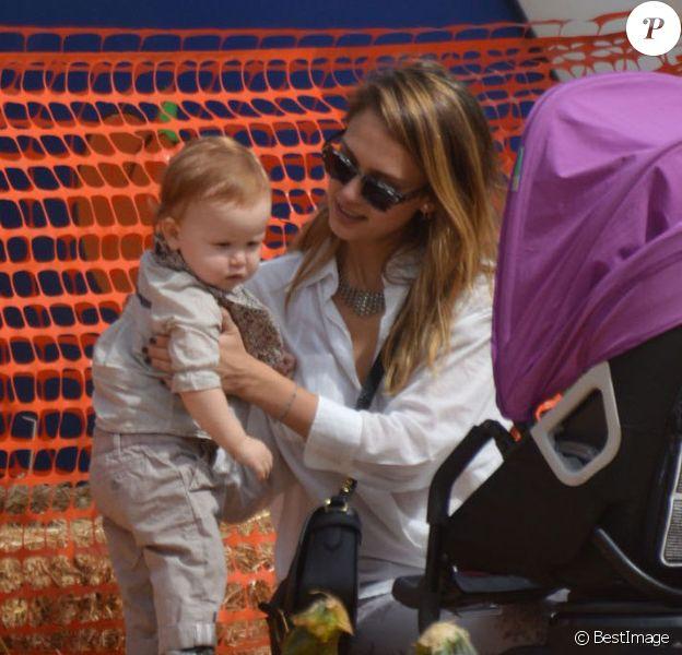 La belle Jessica Alba se rend à la célèbre ferme aux citrouilles 'Mr. Bones Pumpkin Patch' avec son mari Cash Warren et leurs filles Honor et Haven à West Hollywood, le 6 Octobre 2012.