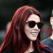 Ashley Greene prise en photo avec ses cheveux rouges dans les rues de New York, le 20 octobre 2012.