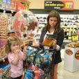 La comédienne Tiffani Thiessen prépare Halloween et fait ses courses au supermarché avec sa fille Harper et son mari Brady Smith à Los Angeles, le 22 octobre 2012.