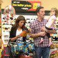 L'actrice Tiffani Thiessen fait ses courses au supermarché pour Halloween avec sa fille Harper et son mari Brady Smith à Los Angeles, le 22 octobre 2012.