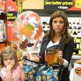 Tiffani Thiessen prépare Halloween et fait ses courses au supermarché avec sa fille Harper et son mari Brady Smith à Los Angeles, le 22 octobre 2012.