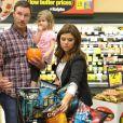La comédienne Tiffani Thiessen fait ses courses au supermarché pour Halloween avec sa fille Harper et son mari Brady Smith à Los Angeles, le 22 octobre 2012.