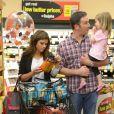Tiffani Thiessen fait ses courses au supermarché pour Halloween avec sa fille Harper et son mari Brady Smith à Los Angeles, le 22 octobre 2012.