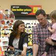 L'actrice Tiffani Thiessen prépare Halloween et fait ses courses au supermarché avec sa fille Harper et son mari Brady Smith à Los Angeles, le 22 octobre 2012.