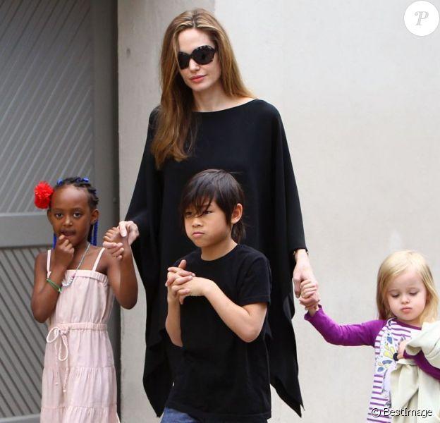 Angelina Jolie avec ses enfants Zahara, Pax et Vivienne à la Nouvelle-Orléans le 11 mars 2012