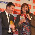 Lionel Messi tout sourire après avoir reçu le Soulier d'or des mains de Luis Suarez, récompensant le meilleur buteur européen le 29 octobre 2012 à Barcelone