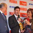 Lionel Messi heureux d'avoir reçu le Soulier d'or des mains de Luis Suarez, récompensant le meilleur buteur européen le 29 octobre 2012 à Barcelone