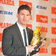 Lionel Messi reçoit le Soulier d'or des mains de Luis Suarez, récompensant le meilleur buteur européen le 29 octobre 2012 à Barcelone