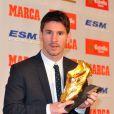 Lionel Messi pose fièrement avec le Soulier d'or, récompensant le meilleur buteur européen le 29 octobre 2012 à Barcelone