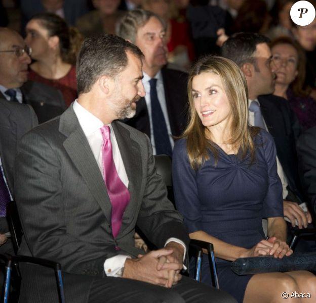 """Felipe et Letizia d'Espagne complices lors de l'inauguration du congrès littéraire """"El canon del Boom"""" à la Casa de America à Madrid le 5 novembre 2012."""