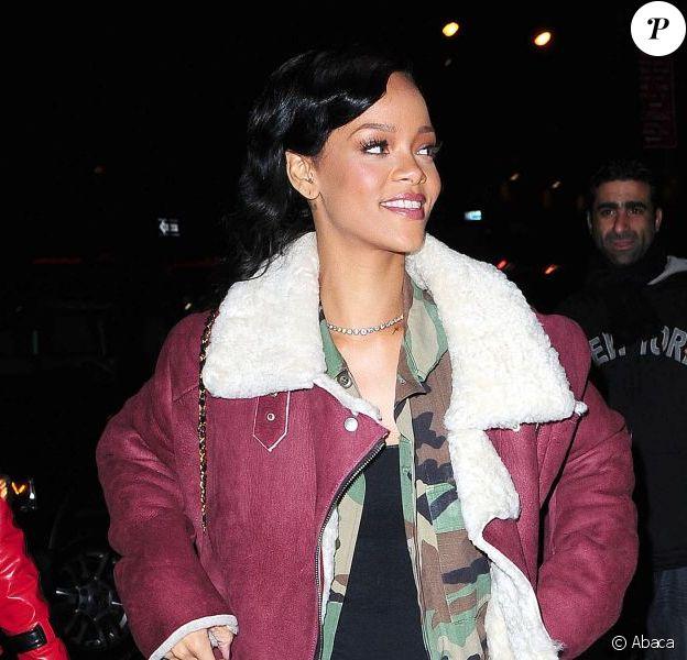 Rihanna à New York, porte un manteau Acne sur une veste camouflage et un top noir, un slim brut, des bottines Timberland et un sac Chanel. Le 8 novembre 2012.