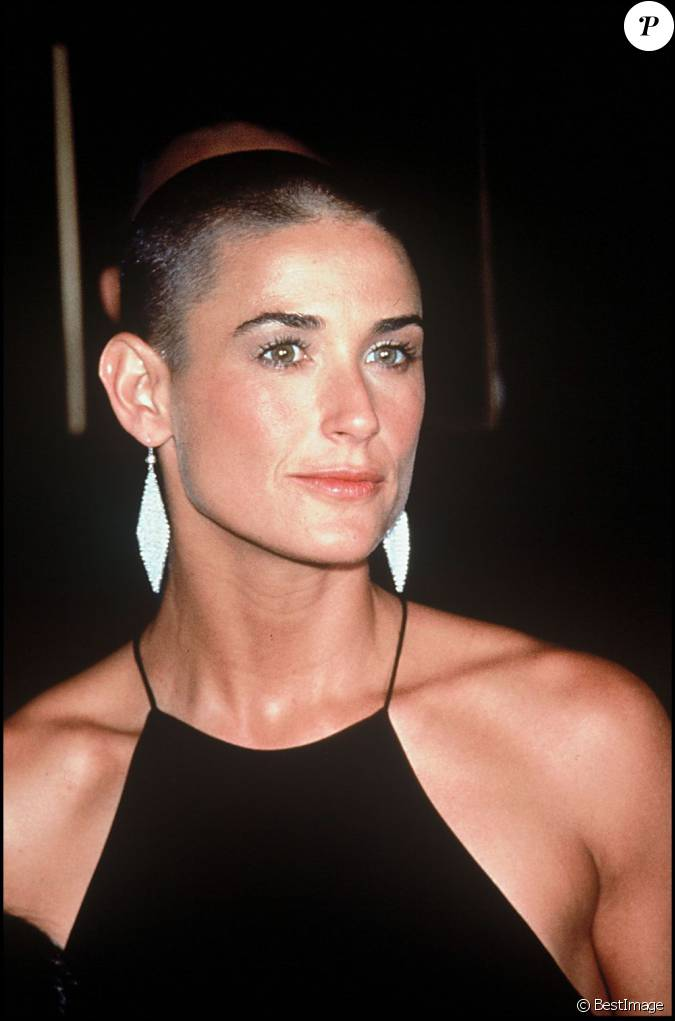 en 1996 pour a armes egales demi moore se rase le cr ne mais reste toujours aussi sexy. Black Bedroom Furniture Sets. Home Design Ideas