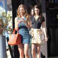 La belle AnnaLynne McCord et ses camarades Jessica Lowndes, Jessica Stroup et Shenae Grimes sur le tournage de 90210 à West Hollywood, le 12 novembre 2012 - Jessica Lowndes présente son nouveau chiot