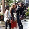 AnnaLynne McCord et ses camarades Jessica Lowndes, Jessica Stroup et Shenae Grimes sur le tournage de 90210 à West Hollywood, le 12 novembre 2012 - Jessica Lowndes présente son nouveau chiot devant ses copines attendries