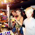 """Après son concert, Rihanna joue la barman sexy pour ses fans, à Stockholm lors de son """"777 Tour"""", le 16 novembre 2012."""