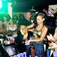 """Après son concert, la sexy Rihanna passe derrière le bar pour servir ses fans, à Stockholm lors de son """"777 Tour"""", le 16 novembre 2012."""