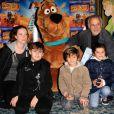 Francis Perrin, son épouse Gersende, et leurs trois enfants lors de l'avant-première de Scooby Doo 2 aux Folies Bergère à Paris le 18 novembre 2012