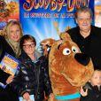 Guy Carlier et sa femme Joséphine accompagnés de leurs enfants lors de l'avant-première de Scooby doo 2 aux Folies Bergère à Paris le 18 novembre 2012