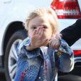 Zuma, le fils de Gwen Stefani, manifeste son désir de ne pas être pris en photo lors d'une sortie avec sa mère dans les rues de Beverly Hills, le 21 novembre 2012.