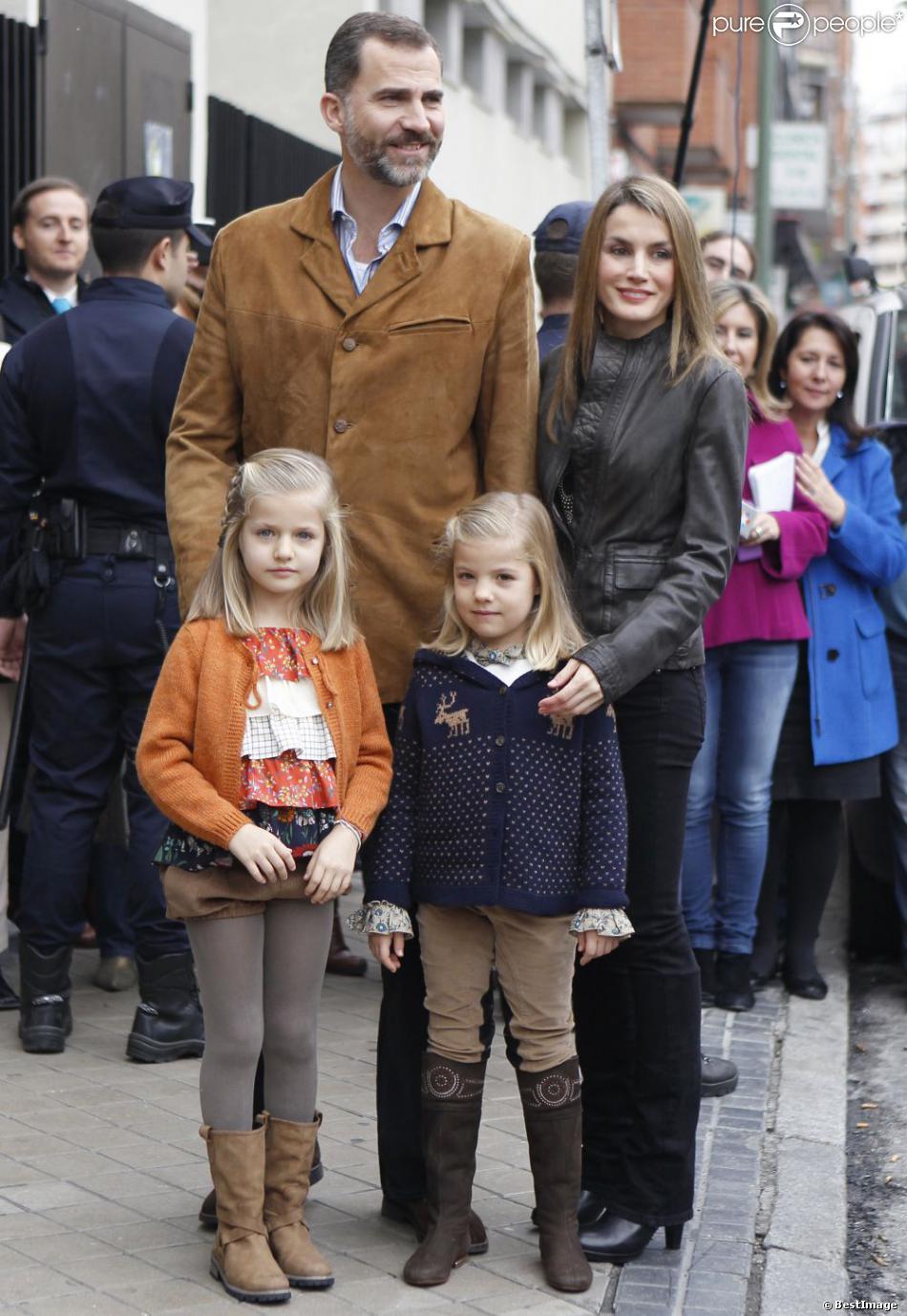 Le prince Felipe et la princesse Letizia d'Espagne, avec leurs filles Leonor et Sofia, visitaient le 25 novembre 2012 à l'hôpital Quiron San José de Madrid le roi Juan Carlos Ier après son arthroplastie à la hanche gauche.