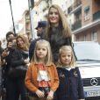 Leonor et Sofia, filles du prince Felipe et de la princesse Letizia d'Espagne, visitaient le 25 novembre 2012 à l'hôpital Quiron San José de Madrid le roi Juan Carlos Ier après son arthroplastie à la hanche gauche.