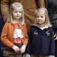 Leonor et Sofia d'Espagne le 25 novembre 2012 à l'hôpital Quiron San José de Madrid pour voir le roi Juan Carlos Ier après son arthroplastie à la hanche gauche.
