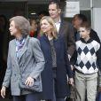 La reine Sofia, l'infante Cristina, son mari Iñaki Urdangarin et leur fils Juan Valentin. La famille royale d'Espagne rendait visite le 25 novembre 2012 à l'hôpital Quiron San José de Madrid le roi Juan Carlos Ier après son arthroplastie à la hanche gauche.