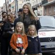 Letizia d'Espagne avec ses filles Leonor et Sofia le 25 novembre 2012 à l'hôpital Quiron San José de Madrid pour voir le roi Juan Carlos Ier après son arthroplastie à la hanche gauche.
