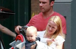 PHOTOS : Naomi Watts, départ en vacances avec monsieur... et bébé !