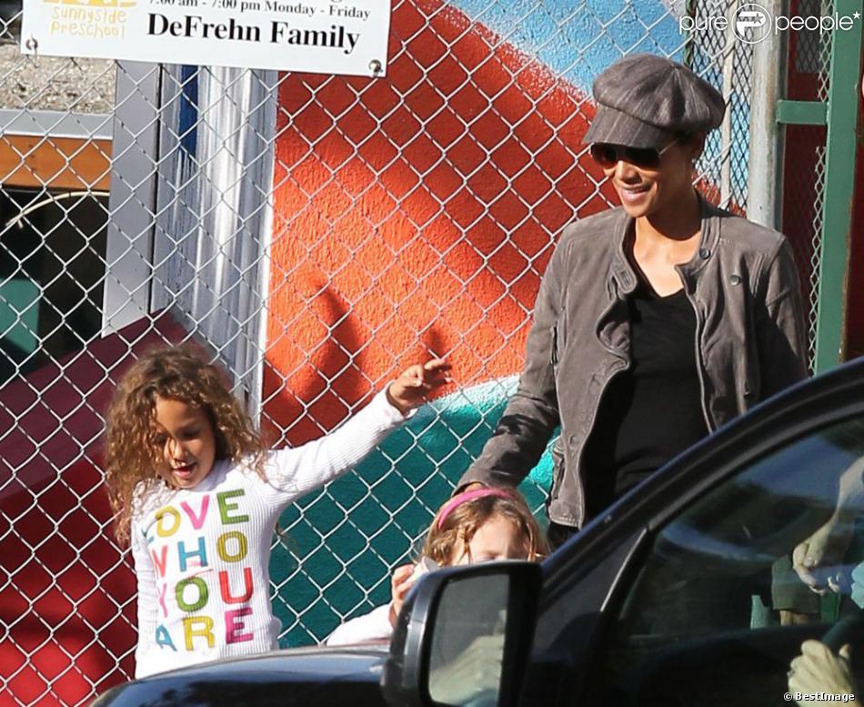 Halle Berry va chercher sa fille Nahla, 4 ans, à l'école à Los Angeles le 3 décembre 2012. L'actrice a le sourire à présent que la bataille judiciaire est terminée.