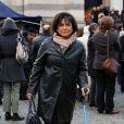 Anne Sinclair assiste aux obsèques d'Erik Izraelewicz, ancien directeur du journal  Le Monde , au Père-Lachaise à Paris, le 4 décembre 2012. La journaliste qui a fait une chute de VTT fin septembre marche toujours avec une béquille.