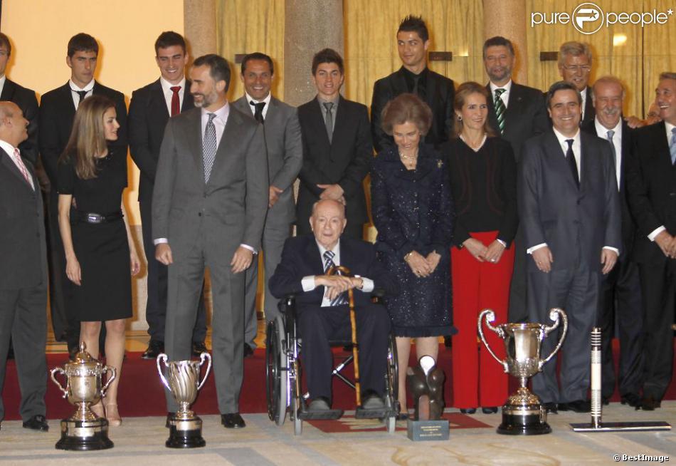 La reine Sofia d'Espagne, le prince Felipe, la princesse Letizia et l'infante Elena étaient réunis au palais du Pardo à Madrid le 5 décembre 2012 pour décerner les Prix nationaux à des personnalités du monde du sport, dont Cristiano Ronaldo et Alfredo Di Stefano.