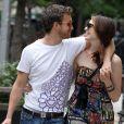 Anne Hathaway file le parfait amour avec son mari créateur de bijoux Adam Shulman, lors d'une balade à New York le 1er juin 12010.