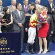 Kate Winslet a remis un trophée à un jockey pour la Longines Hong Kong International Races, le 9 décembre 2012.