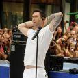 Adam Levine et son groupe Maroon 5 chantent sur le plateau de l'émission Today diffusée sur NBC, au Rockefeller Plaza à New York le 29 juin 2012.