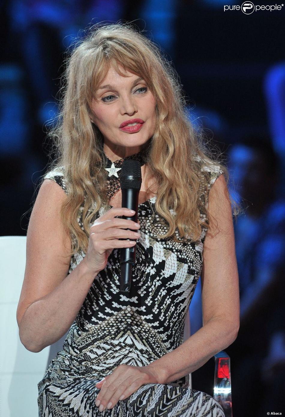Arielle Dombasle dans l'émission 300 Choeurs Pour La Vie diffusée sur France 3. La Plaine St-Denis, le 24 septembre 2012.