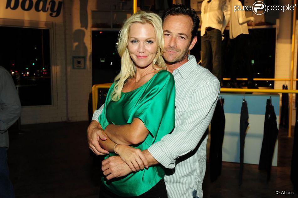 Jennie Garth et Luke Perry le 23 août 2012 à Los Angeles. Les deux acteurs se prennent dans les bras.