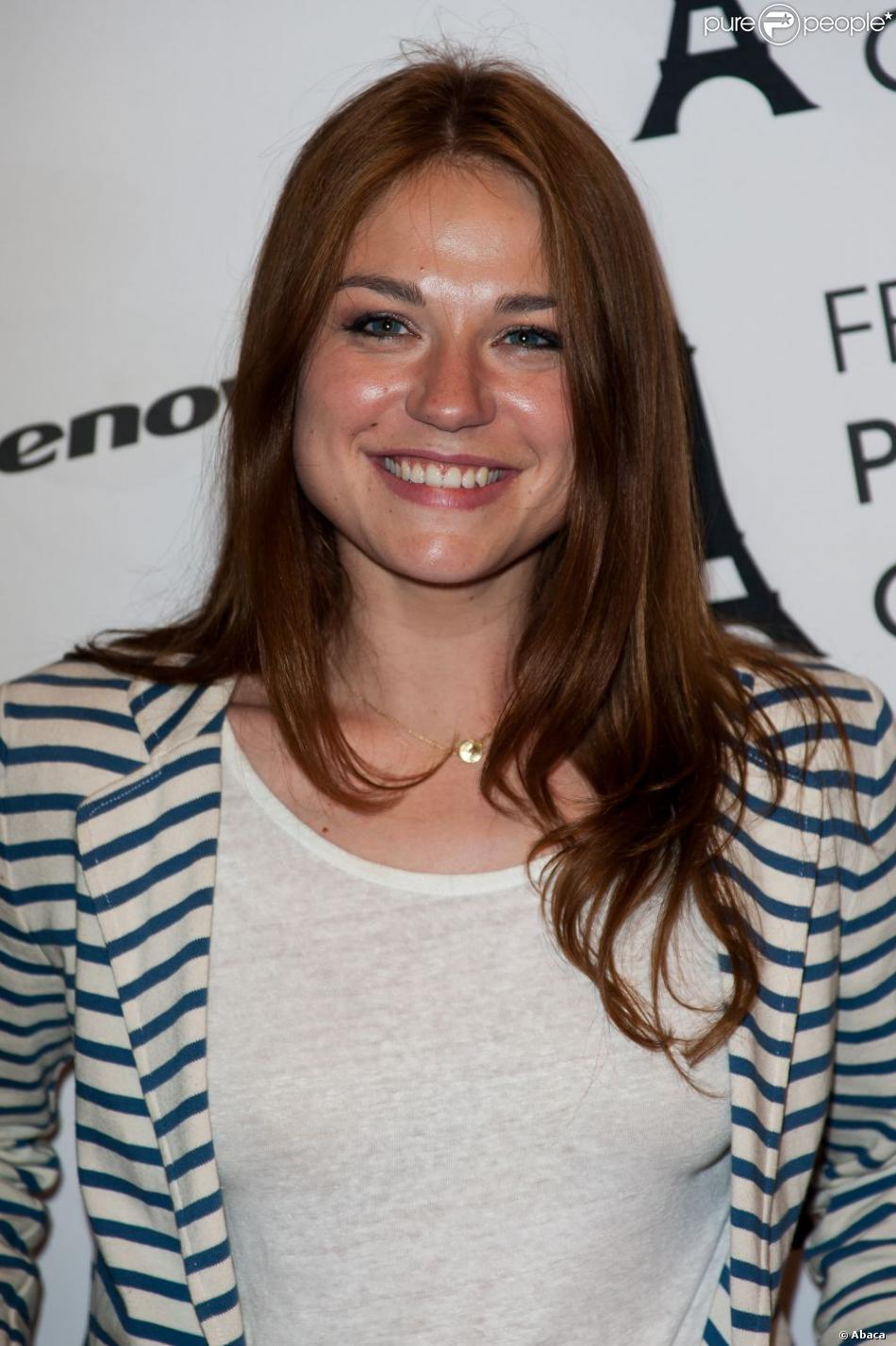 Emilie Dequenne pétillante lors de la première du film A perdre la raison au Paris Cinema, le 8 juillet 2012.