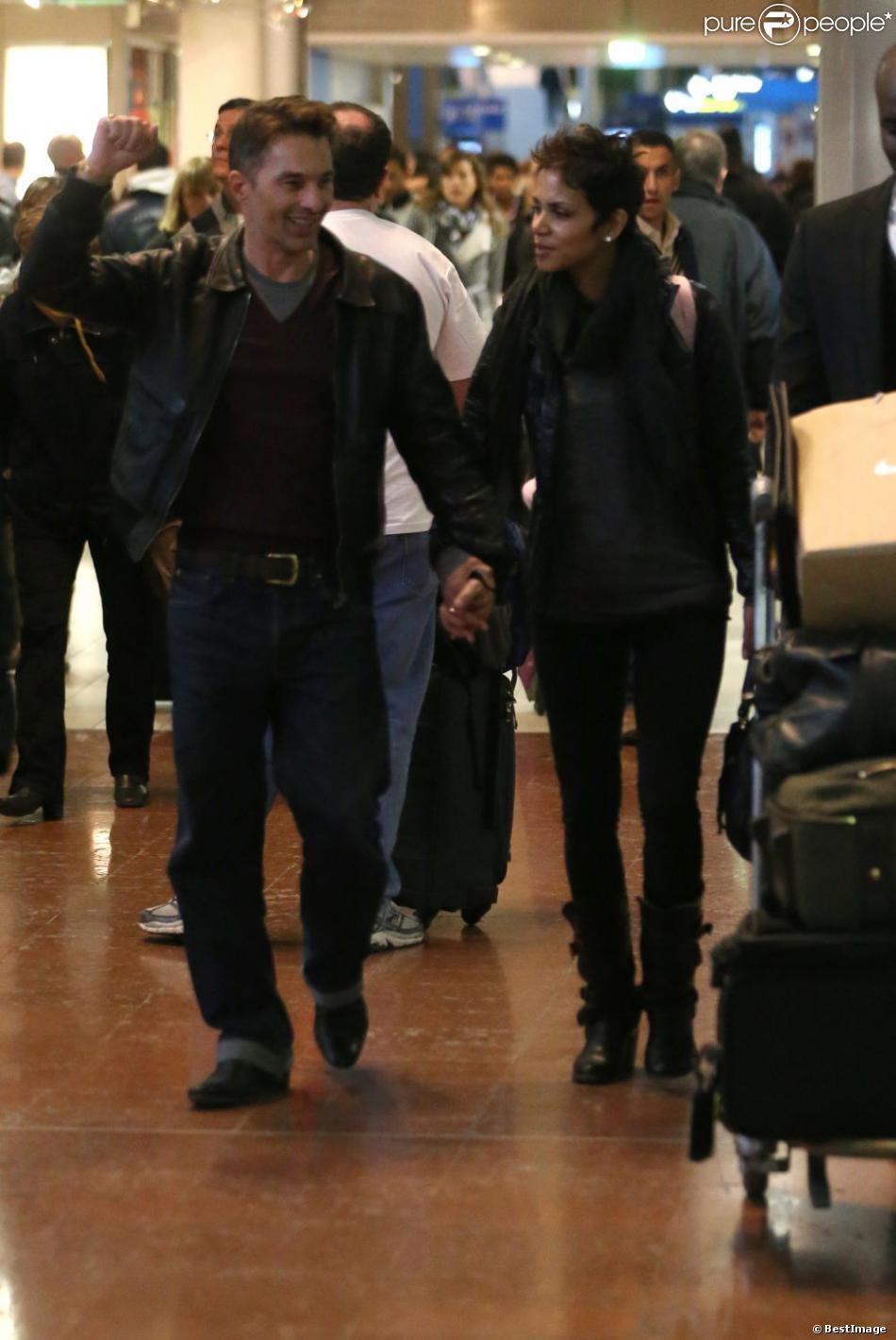 Halle Berry et Olivier Martinez : Les amoureux arrivent a l'aéroport de Roissy Charles De Gaulle, le 22 décembre 2012, à Paris. Halle Berry va passer Noel dans la famille d' Olivier Martinez sans sa fille Nahla qui est restée aux Etats-Unis avec son père Gabriel Aubry.
