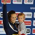 Laure Manaudou et sa petite fille Manon sur le podium des championnats d'Europe petit bassin de Chartres le 24 novembre 2012