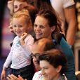 Laure Manaudou, Frédérick Bousquet et leur petite fille Manon lors des championnats d'Europe petit bassin de Chartres le 22 novembre 2012 après la victoire de Fred Bousquet sur le relais 4x50 m 4 nages