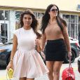 Kourtney et Khloe Kardashian vont faire du shopping a Miami, le 15 décembre 2012.