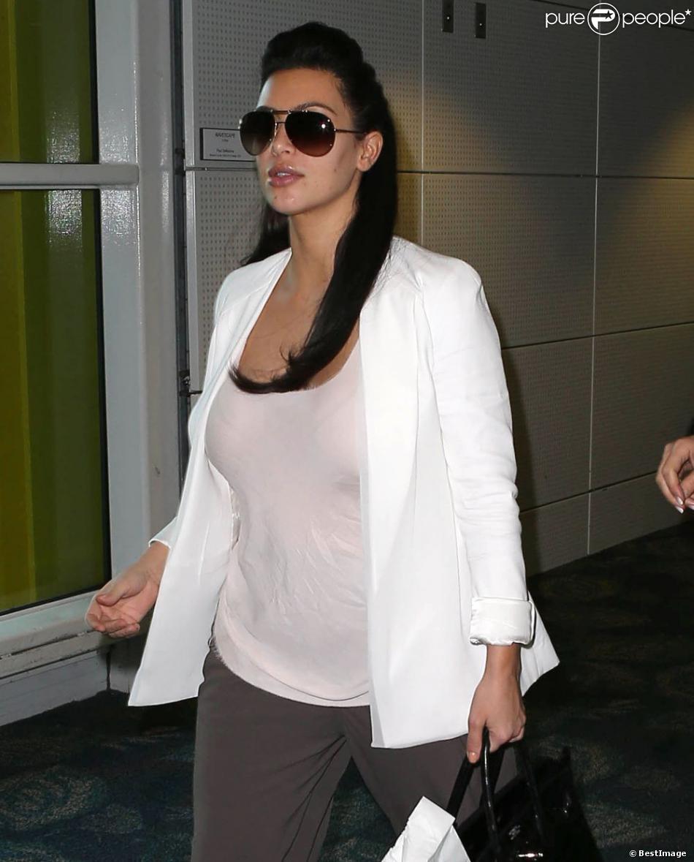 kim kardashian enceinte la star d voile les premiers signes de sa grossesse purepeople. Black Bedroom Furniture Sets. Home Design Ideas