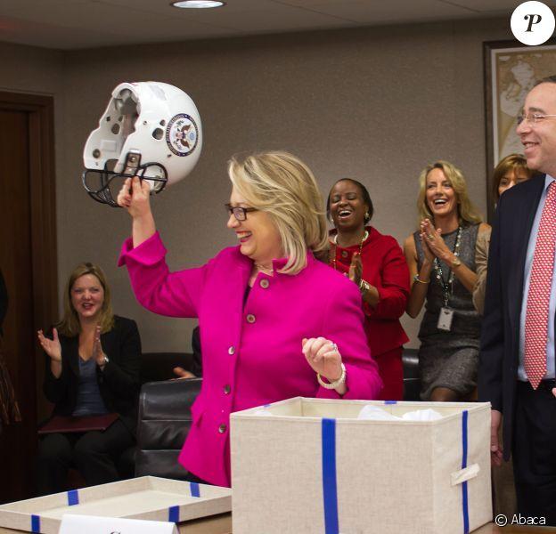 Hillary Clinton est enfin de retour au travail et reçoit des cadeaux de ses collaborateurs, le 7 janvier 2013, à Washington.