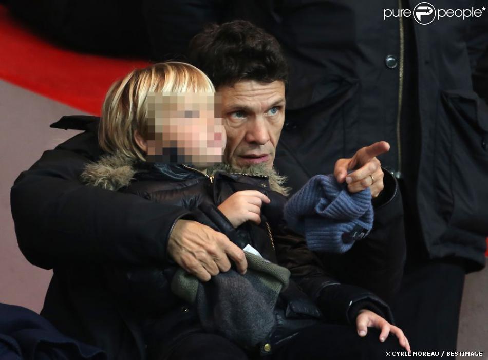 Marc Lavoine avec l'un de ses trois enfants, au Parc des Princes pour le match PSG - Ajaccio, vendredi 11 janvier à Paris.