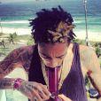 Wiz Khalifa postait le dimanche 13 janvier sur Instagram cette photo de lui en train de fumer au bong sur le balcon de sa chambre d'hôtel au Brésil.