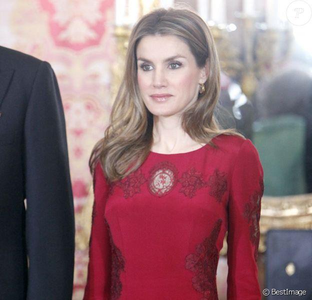 Réception royale au palais de la Zarzuela, à Madrid, le 23 janvier 2013, en l'honneur du corps diplomatique. Au côté du roi Juan Carlos, aidé de béquilles, de la reine Sofia, en vert, et de son époux Felipe, Letizia d'Espagne faisait forte impression en robe rouge.